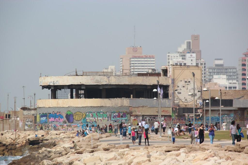 Undgdomsdiscoen som ble bombet står slik det ble forlatt. Foto: Reiselykke